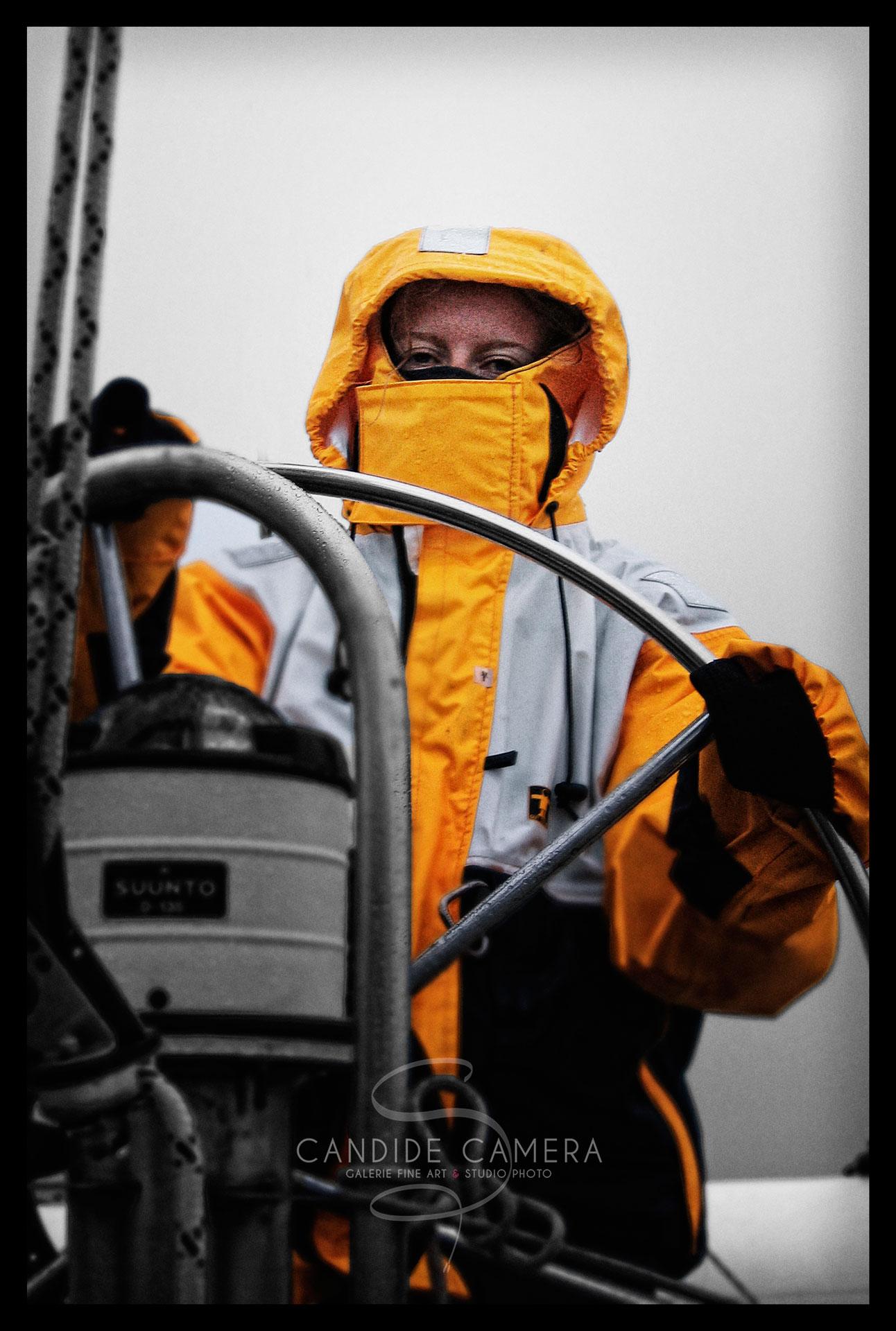 La photo du jour: hommage à Guy Cotten, Nadège à la barre, dans le raz de Sein - photo de mer